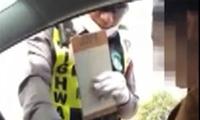 """ฉาวอีก! คลิปตำรวจไทย... """"มาๆๆ ร้อยเดียวพอ"""""""
