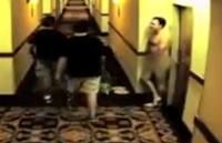 ฮาอึแตก! คลิปชายเปลือยออกจากห้องในโรงแรม แต่ประตูห้องดันล็อกอัตโนมัติ เป็นท่านจะทำยังไง