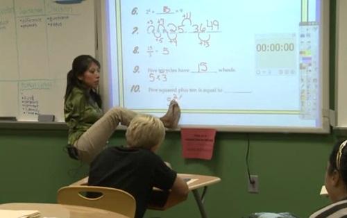ซูฮก! ครูมะกันพิการแขน ใช้เท้าต่างมือสอนนักเรียน