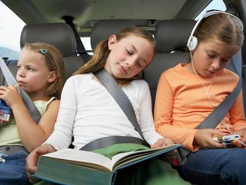 เด็กนั่งกลางที่เบาะหลังรถ มีแนวโน้มเป็นผู้ใหญ่ที่ประสบความสำเร็จ