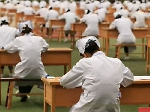 ป้องกันนร.ลอกข้อสอบ โรงเรียนจีนจัดที่สอบเเนวใหม่ ให้นั่งกลางเเจ้ง