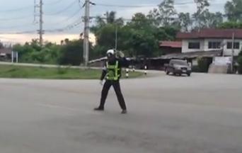 ลีลาตำรวจโบกรถ เชียงใหม่ ช่วยผู้ขับขี่คลายเครียดได้เยอะ