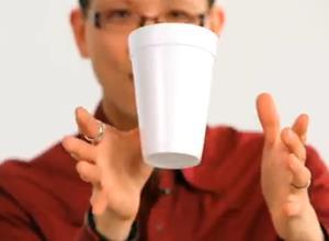 """เทคนิคง่ายๆ """"มายากลโชว์สาว"""" ถ้วยกาแฟลอยได้"""