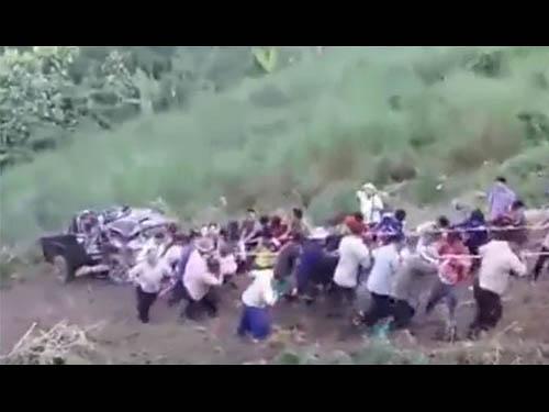 แห่แชร์ น้ำใจชาวม้งหลายหมู่บ้าน ร่วมแรงลากรถประสบอุบัติเหตุขึ้นเขา