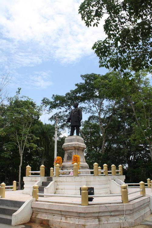 สักการะเกจิชื่อดัง... ตามหาผู้นำต้นยางต้นแรกมาปลูกในตรัง แวะชิมหมูย่างเมืองตรัง