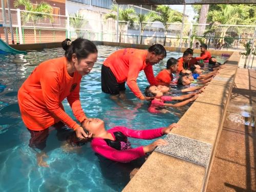 โรงเรียนชุมชนบัวบานสามัคคี สพป.ชัยภูมิ เขต 3 ให้วัคซีนป้องกันเด็กจมน้ำตาย หลักสูตรว่ายน้ำเพื่อเอาชีวิตรอด ก่อนปิดเทอม