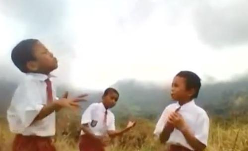 ว่ากันว่าดนตรี ไม่มีกำแพงด้านภาษา คลิปนี้ใช่เลย ฟังไม่ออก แต่ดูเด็ก 3 คนนี้ร้องแล้วได้ฟิลลิ่งมาก
