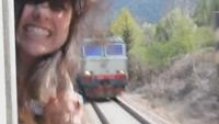 อุทาหรณ์! มัวแต่ถ่ายรูป เจอรถไฟสวน เกือบหัวขาดแล้ว