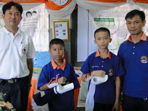 ชื่นชม! เด็กประถมที่แม่ฮ่องสอน คิดอุปกรณ์ช่วยเก็บพริก ไปคว้ารางวัลที่จีน