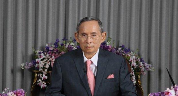 พระบาทสมเด็จพระเจ้าอยู่หัว พระราชทาน พร แก่ปวงชนชาวไทย เนื่องในปีใหม่ 2556