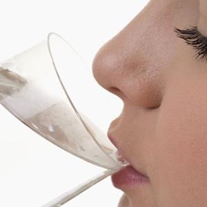 สธ. เตือนดื่มน้ำมากเกินไม่ดี เสี่ยงสมองบวม เสียชีวิตได้