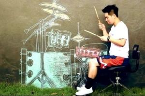 """สื่อดังระดับโลกแห่ยกย่อง """"โน้ต วีรฉัตร"""" ตีกลองกับภาพวาดกำแพง คนต่างชาติทึ่งความสามารถศิลปินไทย"""