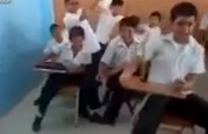 มุขตลกของเด็กๆ ในห้องเรียน จำลองห้องเป็นรถเมล์