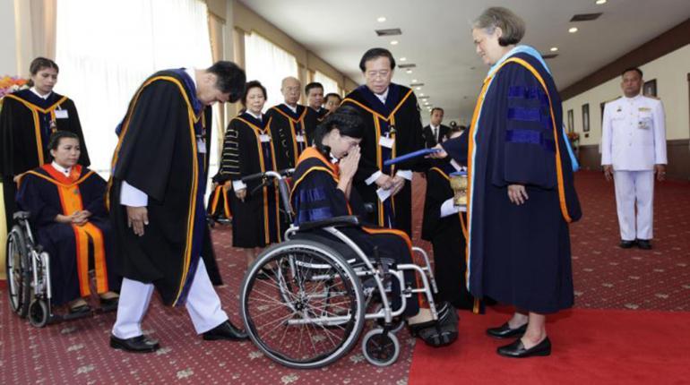 """บัณฑิตพิการม.รามฯ ปลื้มปีติ """"พระเทพฯ"""" ไม่ถือพระองค์ พระราชทานปริญญา"""