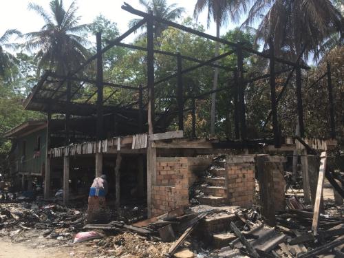 วอนผู้ใจบุญช่วยเหลือ นักเรียนอาศัยอยู่บ้านตา ไฟไหม้ทั้งหลัง ไม่เหลือเสื้อผ้า เครื่องใช้ไฟฟ้าและอุปกรณ์การเรียน